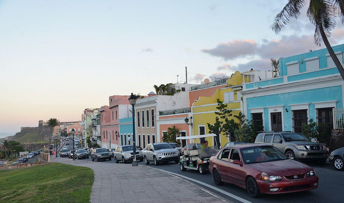 La Perlan yläpuolella olevalla kadulla rakennusten kunto on aivan toista historiallisessa vanhassakaupungissa.