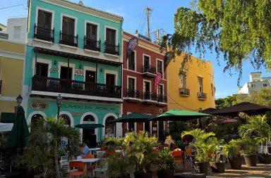 San Juanin vanhan kaupungin värikkäitä taloja ja niiden edustalla olevia rentoja rommibaareja.