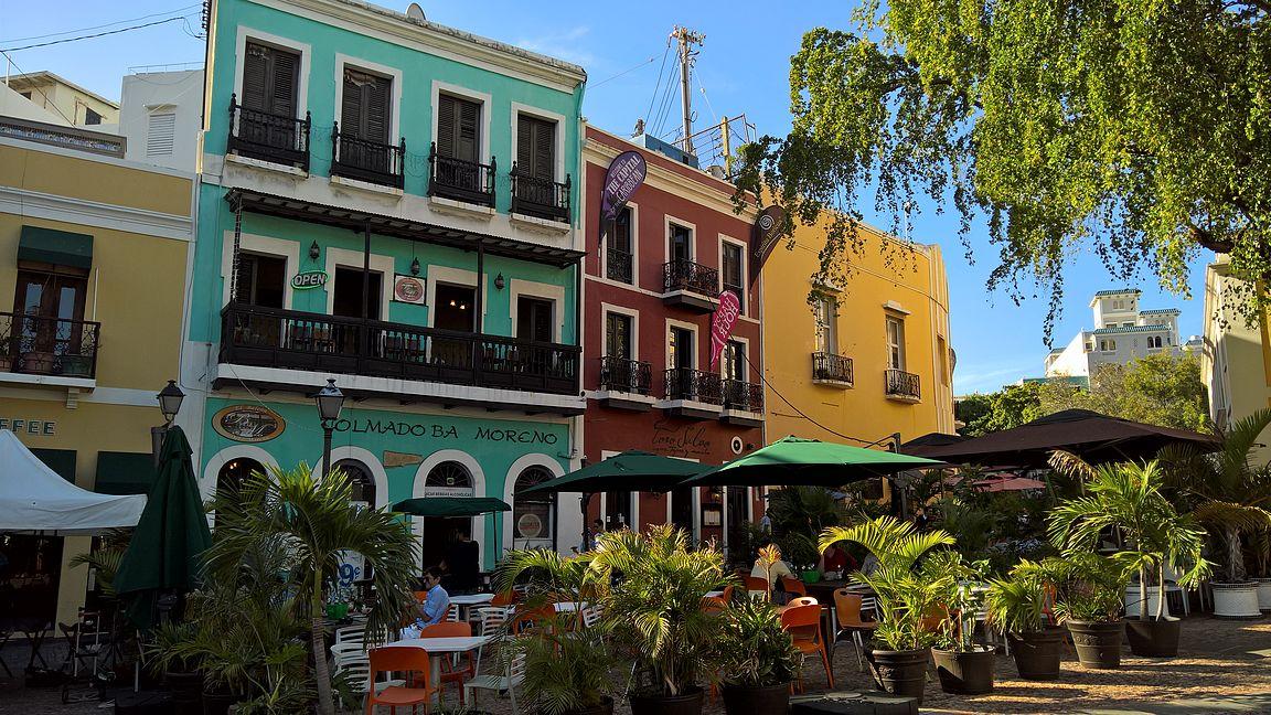 Plaza Arturo Somohanosta on hyvä aloittaa tutustuminen vanhaankaupunkiin, jos saapuu sinne bussilla. Iltaisin näissä baareissa rommikola maistuu erinomaiselta.