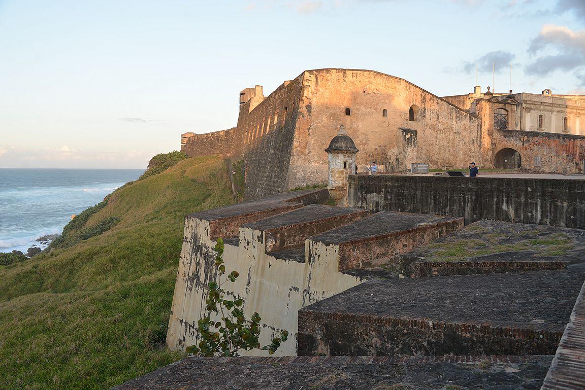 Castillo San Cristóbal auringonlaskun aikaan.