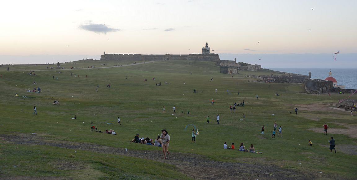 Linnoituksen edustalla olevalla isolla nurmikentällä kokoontuu leijanlennättäjät ja perheet piknikille.