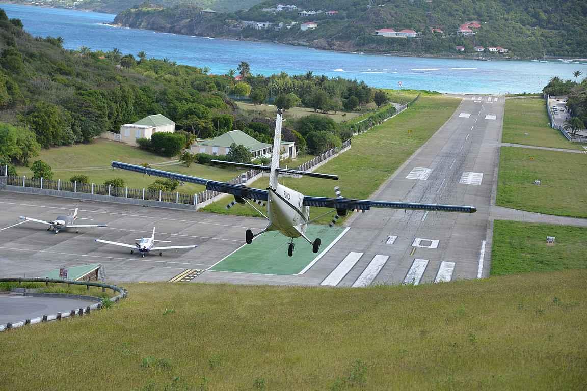 St. Bartsin lentokentälle koneet laskevat alamäkeen.