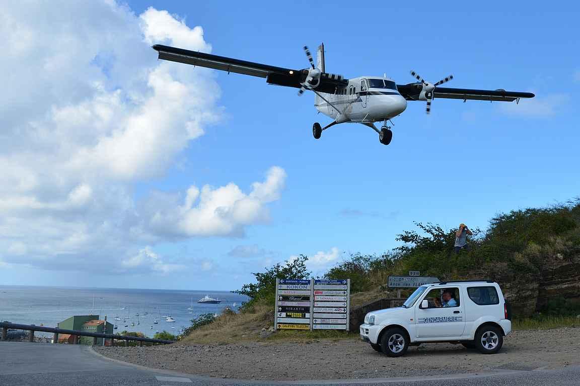 Saint-Barthélemy on todella kapea saari ja lentokentälle laskeudutaan saaren harjanteen kulkevan tien päältä....