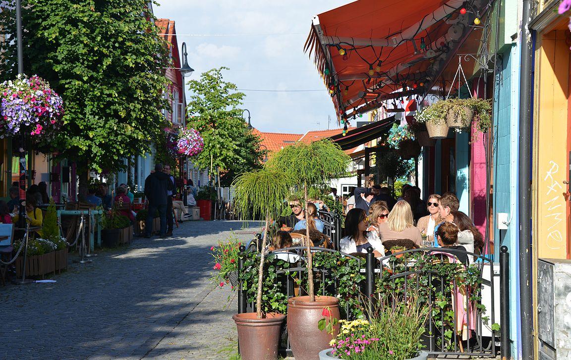 Viehettäviä kahviloita ja ravintoloita on vieri vieressä.