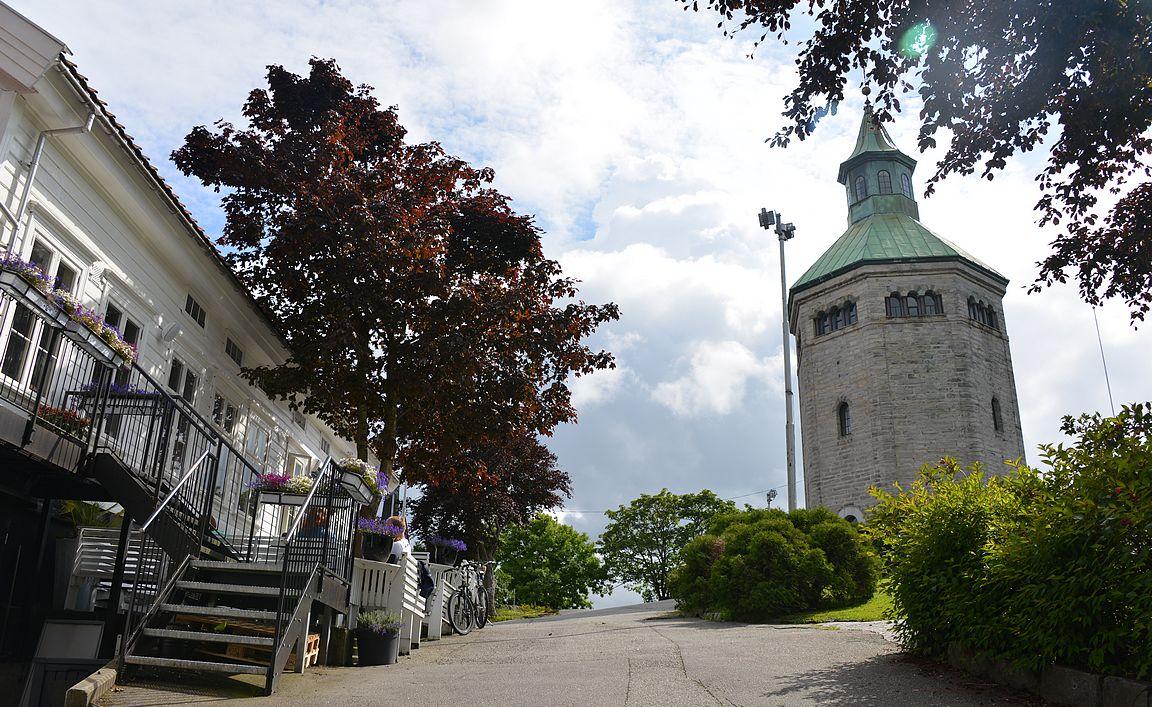 Varbergin torni sijaitsee satamasta nousevan kukkulan päällä.