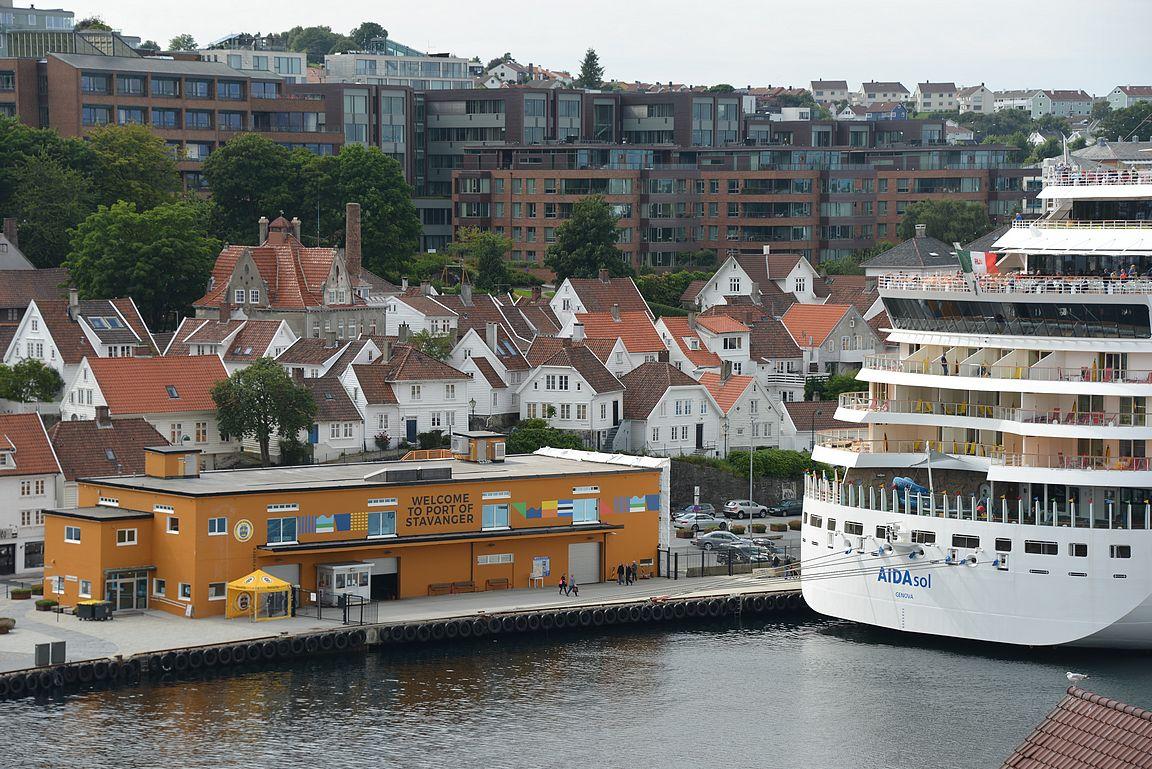 Port of Stavanger ja takana kohoava Gamla Stavanger sekä uusia hulppeita kerrostaloasuntoja.