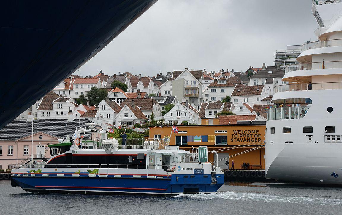 Kesäpäivinä satamassa on kuhinaa isojen risteilijöiden ankkuroituessa satamaan ja vuonoristeilyalusten liikennöidessä tiuhaan tahtiin Lysebotn-vuonolle.