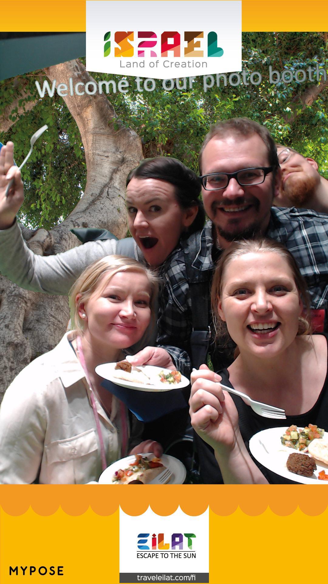 Israelin osastolla ruokamaistiaisissa Curious Feetin Teea, Live now dream later Saanan, Matkakuume.net Gian ja Panunmatkat Panun kanssa.