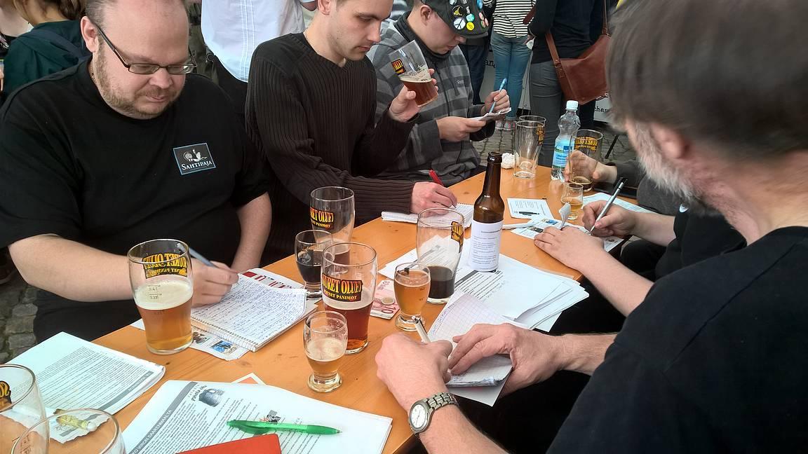 Oluen hardcore harrastajilla perinteinen vihko ja kynä ovat kovassa käytössä koko tapahtuman ajan.