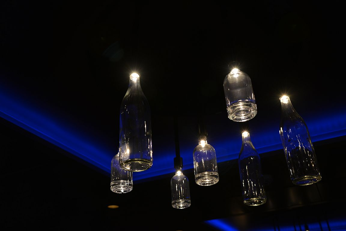 Upeat pullolamput toimivat kattovalaisimina niin ikään Victory Barissa.