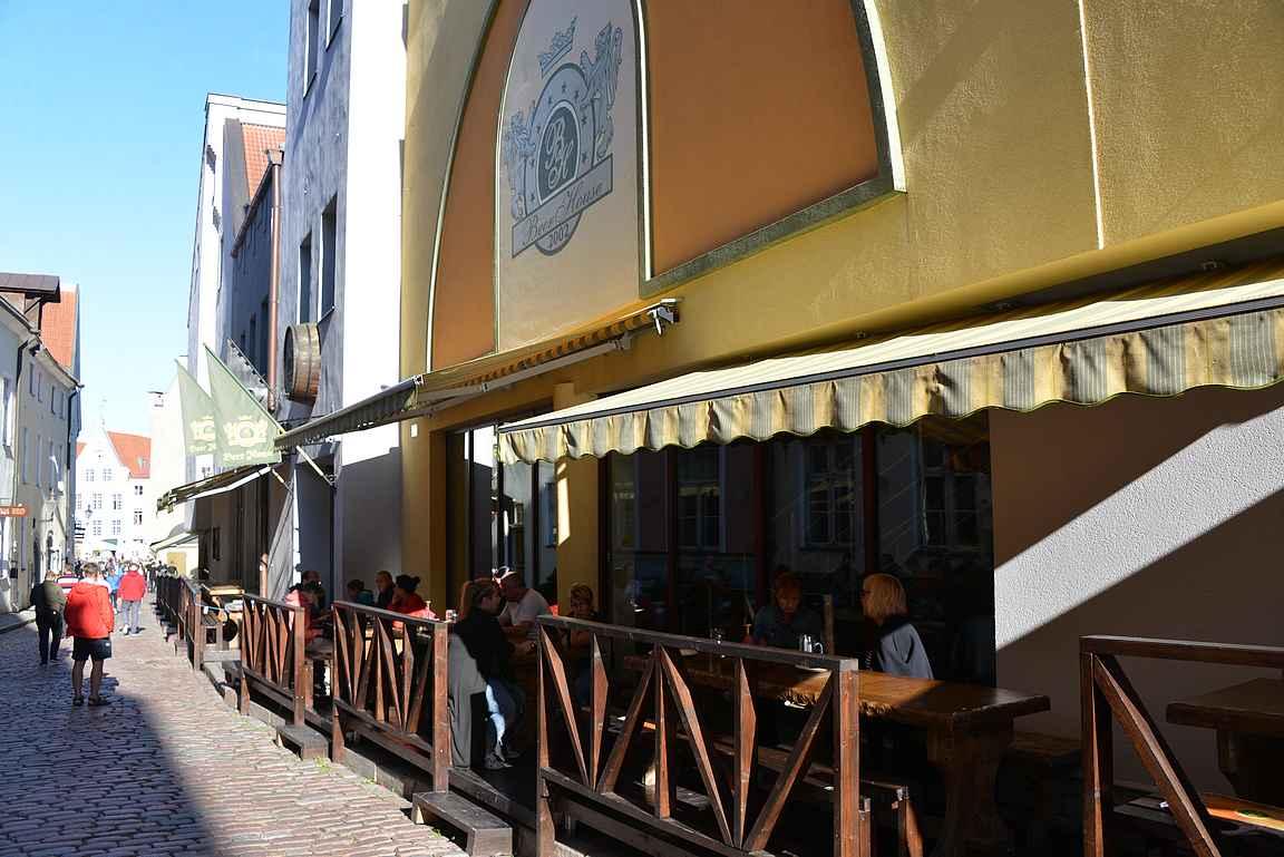Beer House ja sen pieni terassi Tallinnan vanhankaupungin sydämessä.