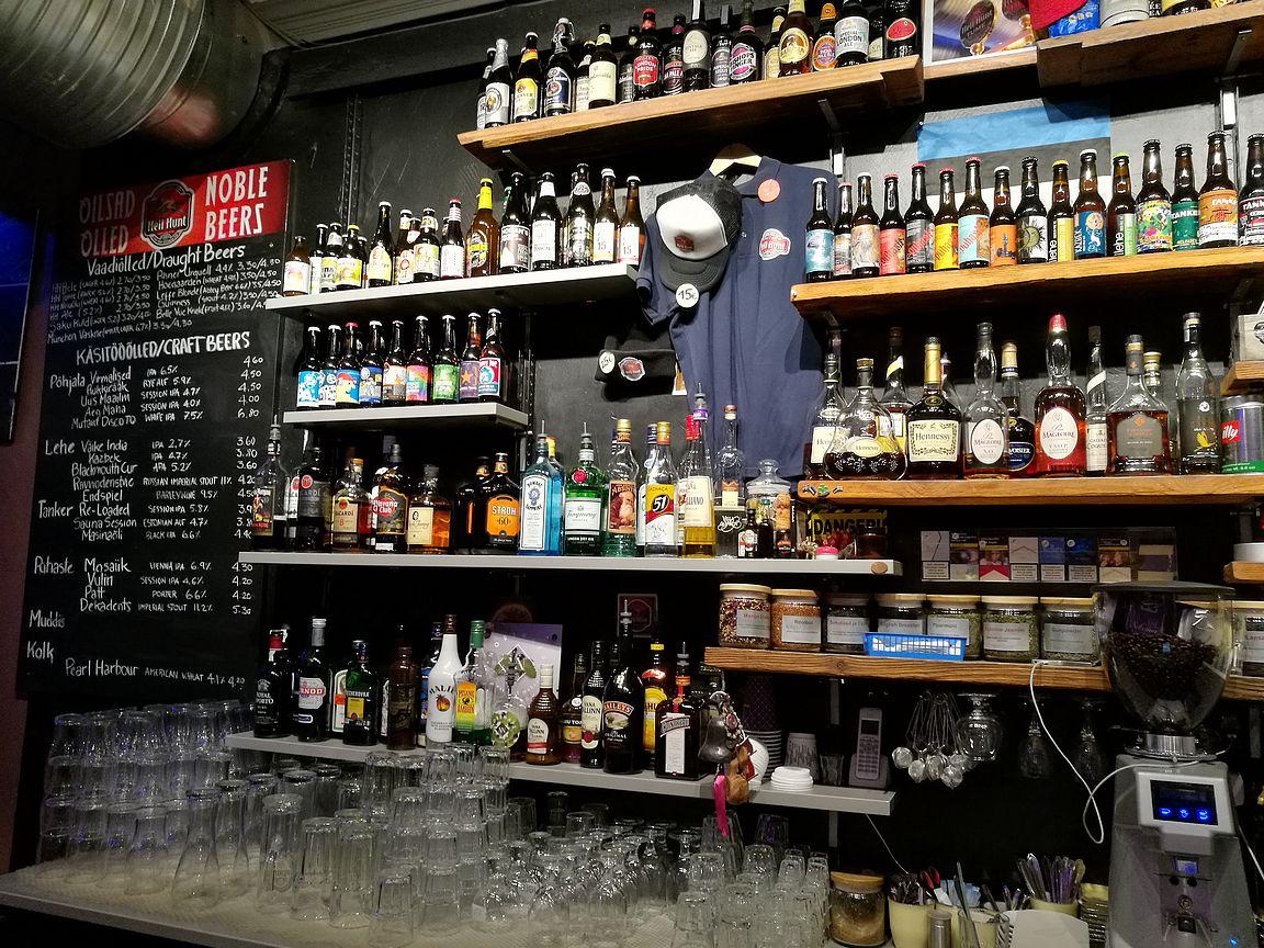 Tarjolla on panimon omia oluita sekä kattava valikoima niin virolaisia pienpanimo-oluita kuin laatutuotteita ympäri maailmaa.