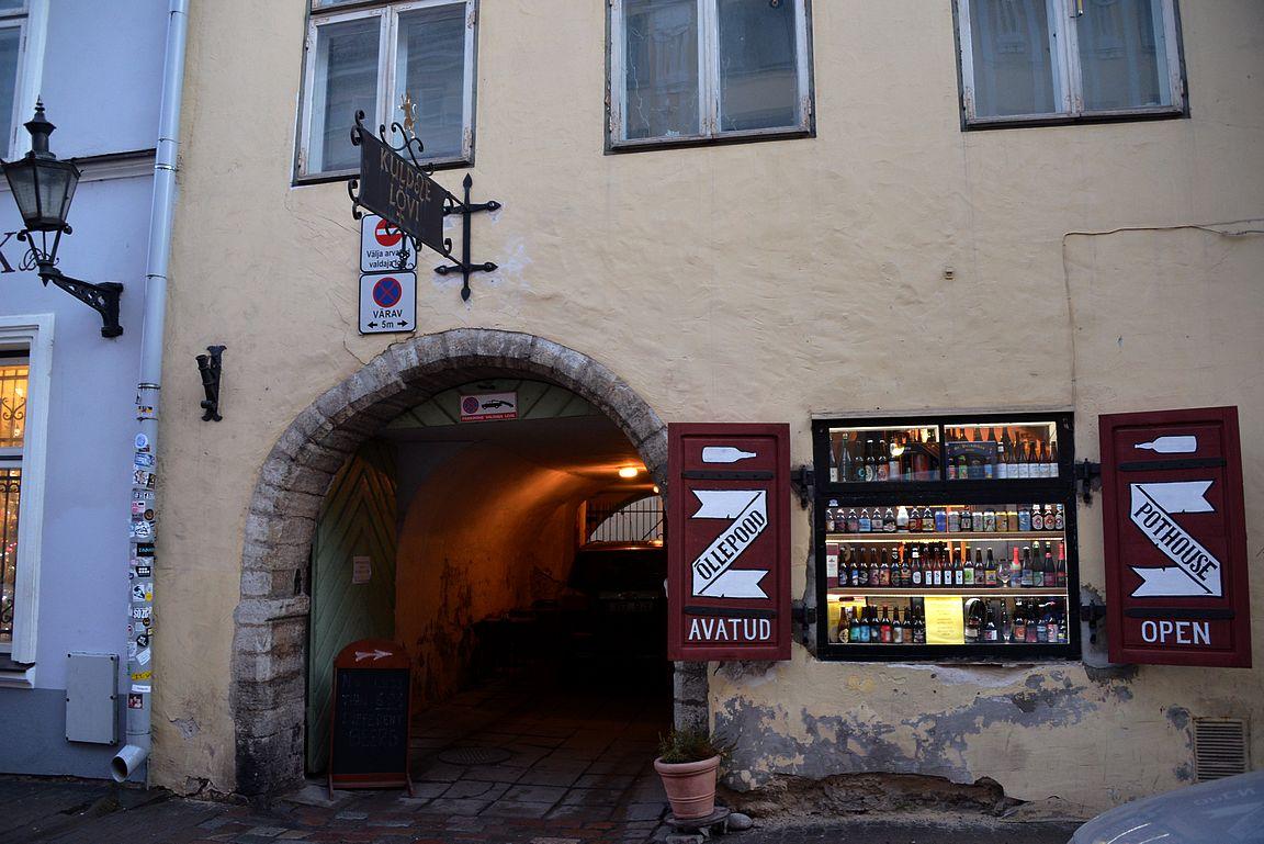 Koht - tämän portin yhteydestä löytyy Tallinnan laajimman valikoiman omaava olutbaari, minkä yhteydessä toimivasta kaupasta voi ostaa käsityöläisoluet kotiin mukaan.