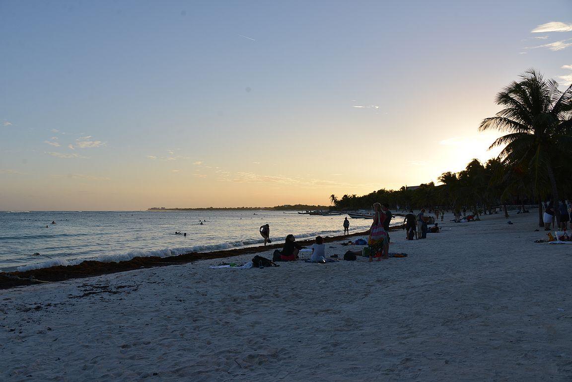 Auringon laskeutuessa kannattaa jatkaa iltaa Akumalin rantabaareissa.