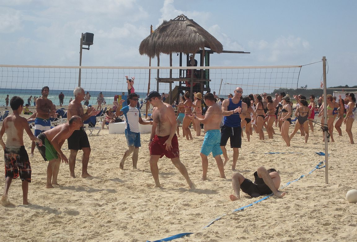 Beach Volleyta ja Zumbaa sulassa solussa vierekkäin Playacarin rannalla.