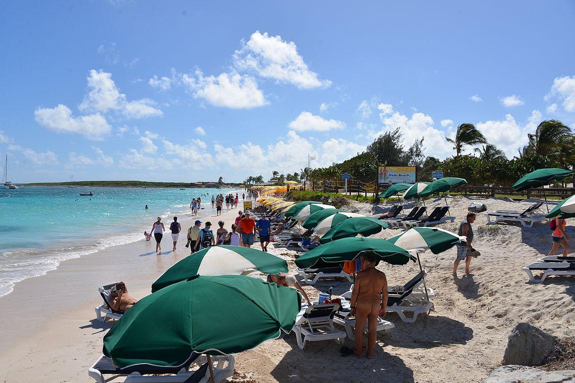 Kaikkien pallit ja aurinkotuolit eivät mahdu Orient Beachin nudistirannalle.