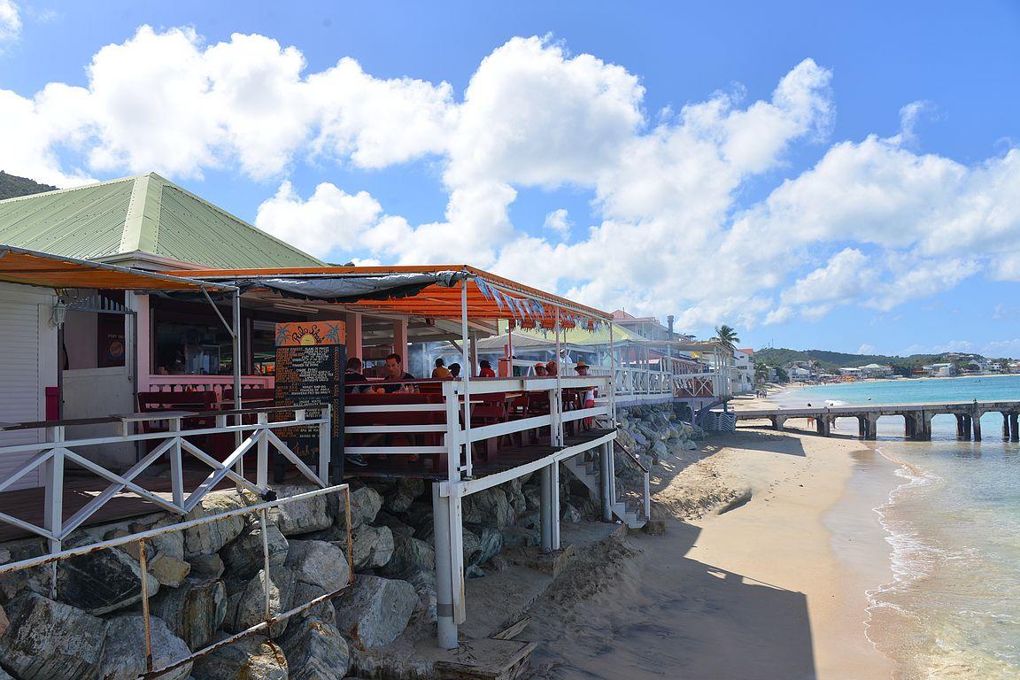 Grand-Casen ravintolakatu on aivan rannassa kiinni.