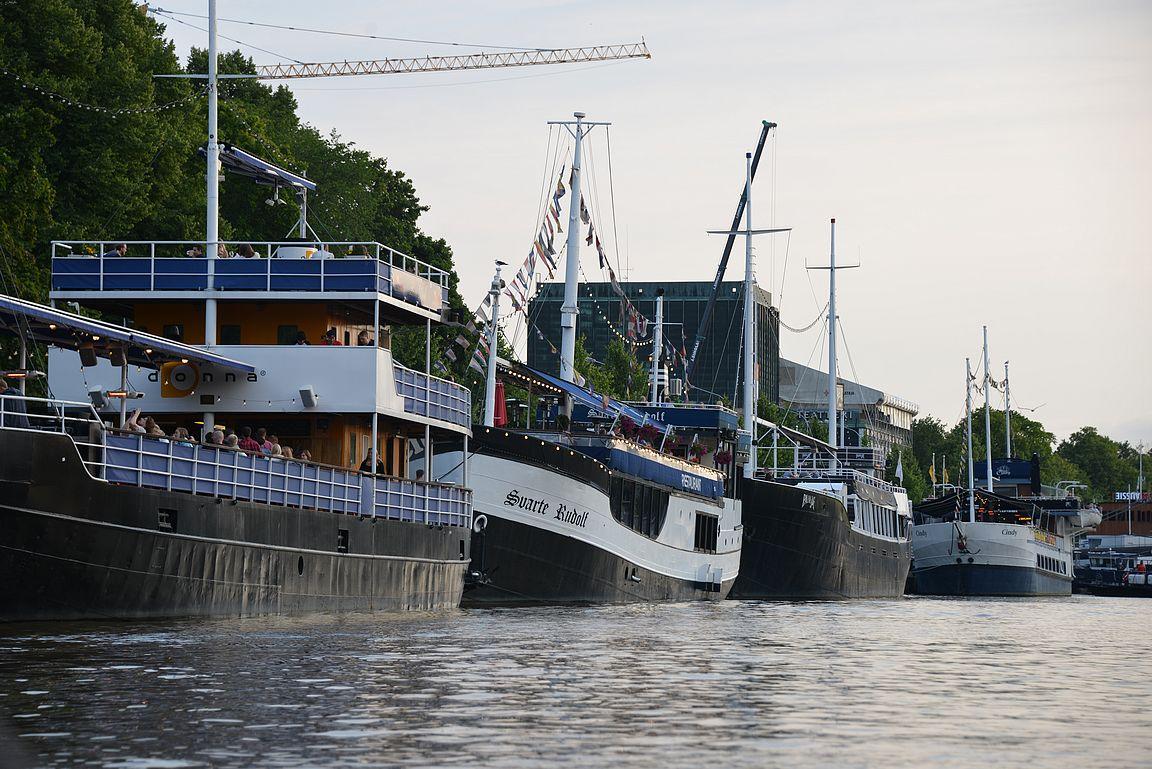 Veneillessä näkee isommatkin ravintolalaivat uudesta perspektiivistä.a