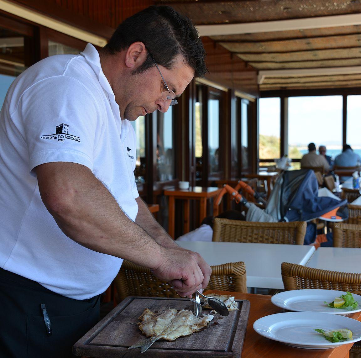 Kala-annokset rakennetaan lautaselle tyypilliseen algarvelaiseen tapaan asiakkaan silmien edessä.
