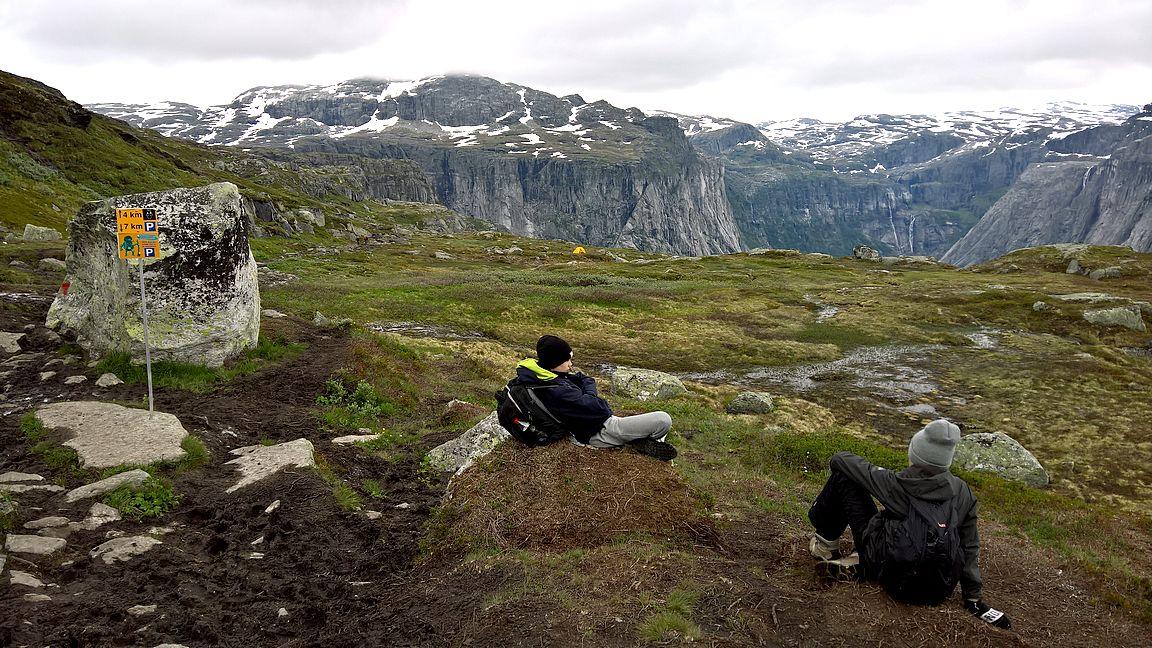 Seitsemän kilometriä takana, neljä edessä kääntöpaikalle. Etsi kuvasta teltta.