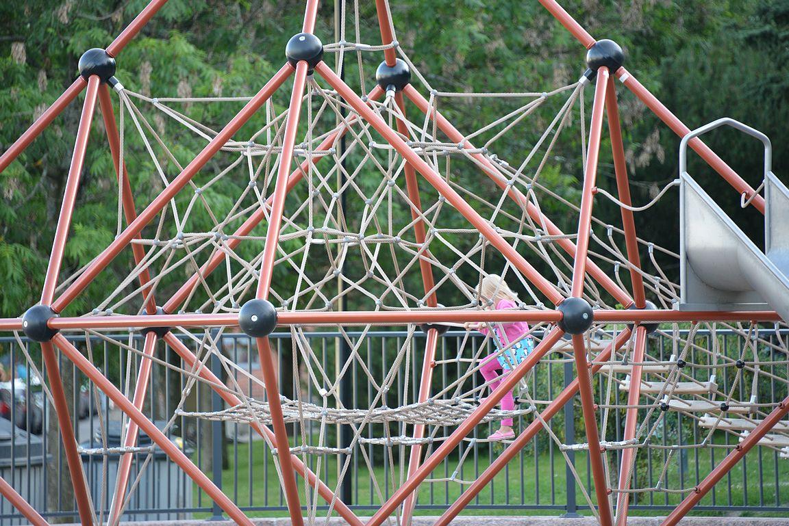 Barkerinpuistossa muksut voi kiipeillä....