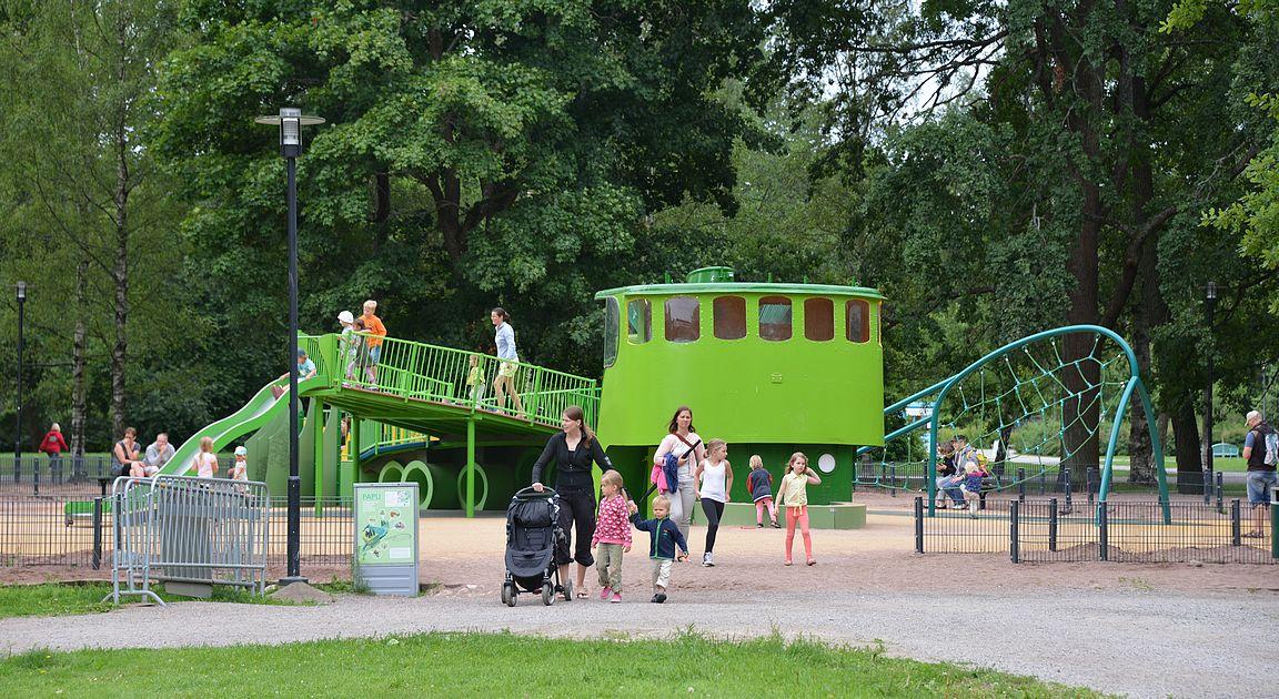 Seikkailupuiston viereen oli rakennettu täksi kesäksi uusi leikkipaikka.
