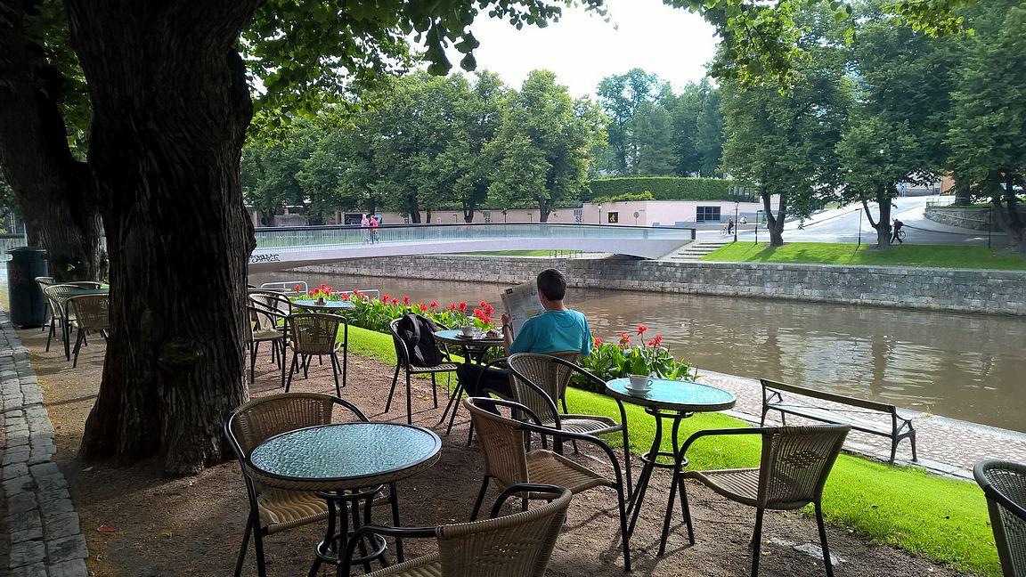 Kesällä hotelliaamiaisen sijasta aamiaisen voi nauttia jokirannassa Café Artin terassilla tai jokilaivoilla Aurajoen maisemaa ihaillen.