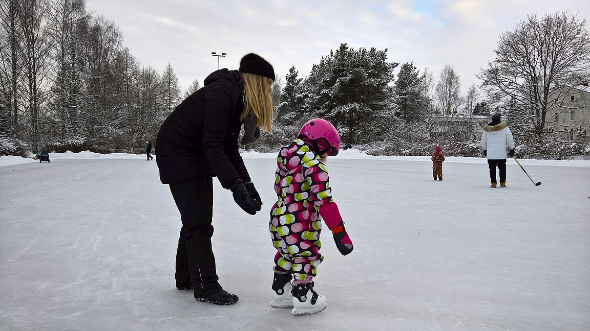 Luistimilla tai tossuilla, mailoilla tai ilman, ulkojäillä nauttii jokainen talvipäivästä.