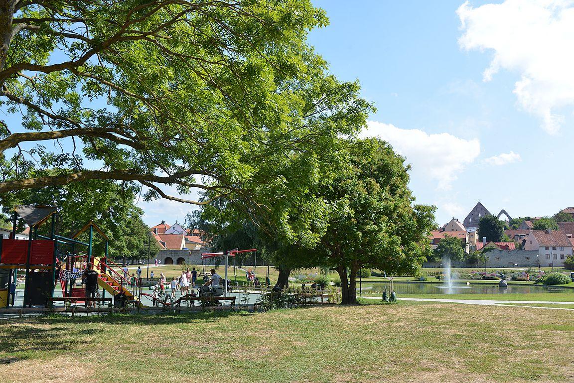 Almedalenin puiston leikkipaikka on kauniilla paikalla.