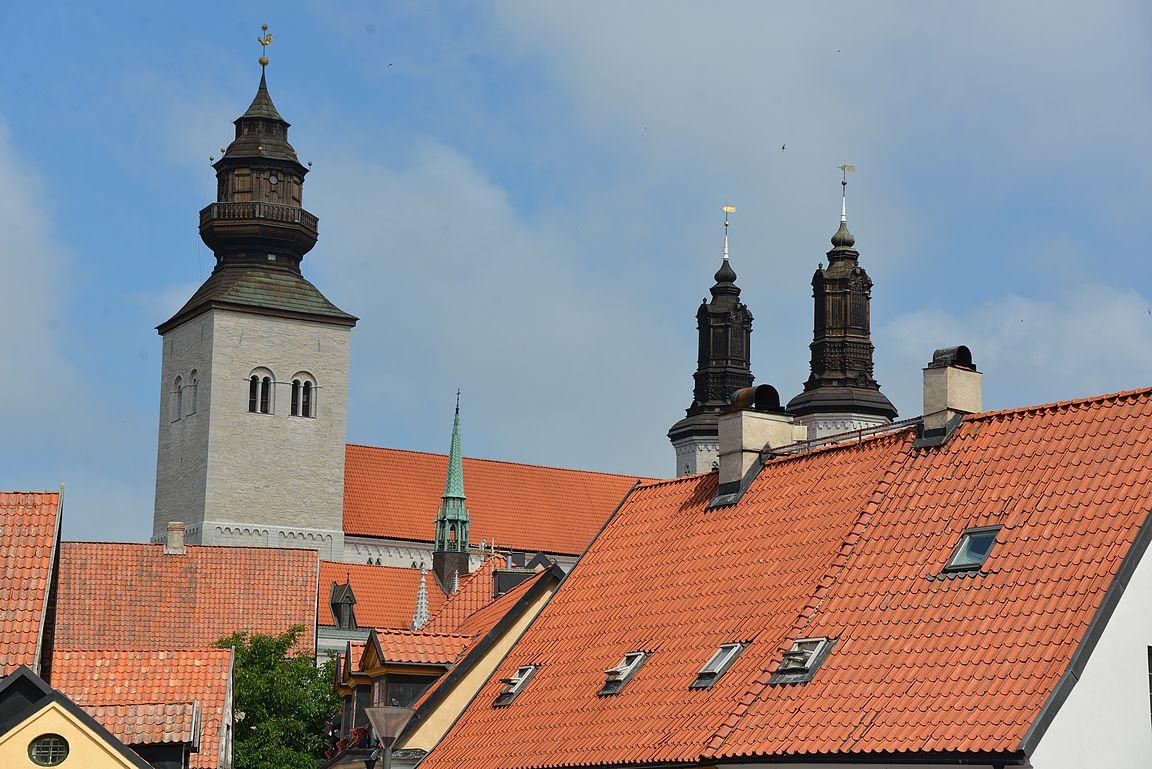 Visbyn Tuomiokirkon tornit hallitsevat katukuvaa.