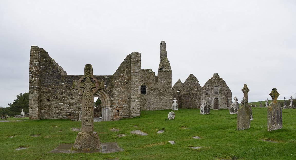 Clonmacnoisen luostari ja edessä Cross of the Scriptures.