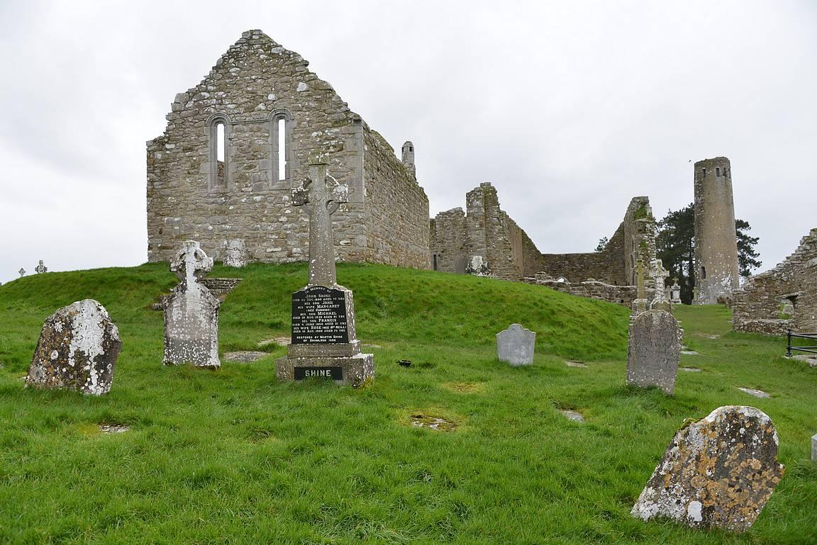 Clonmacnoisen luostari itäpuolelta.