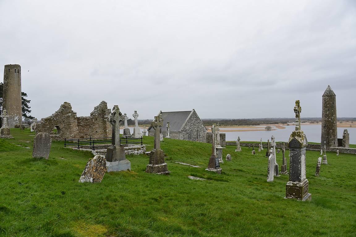 Clonmacnoise sijaitsee Shannon-joen rantapenkalla.
