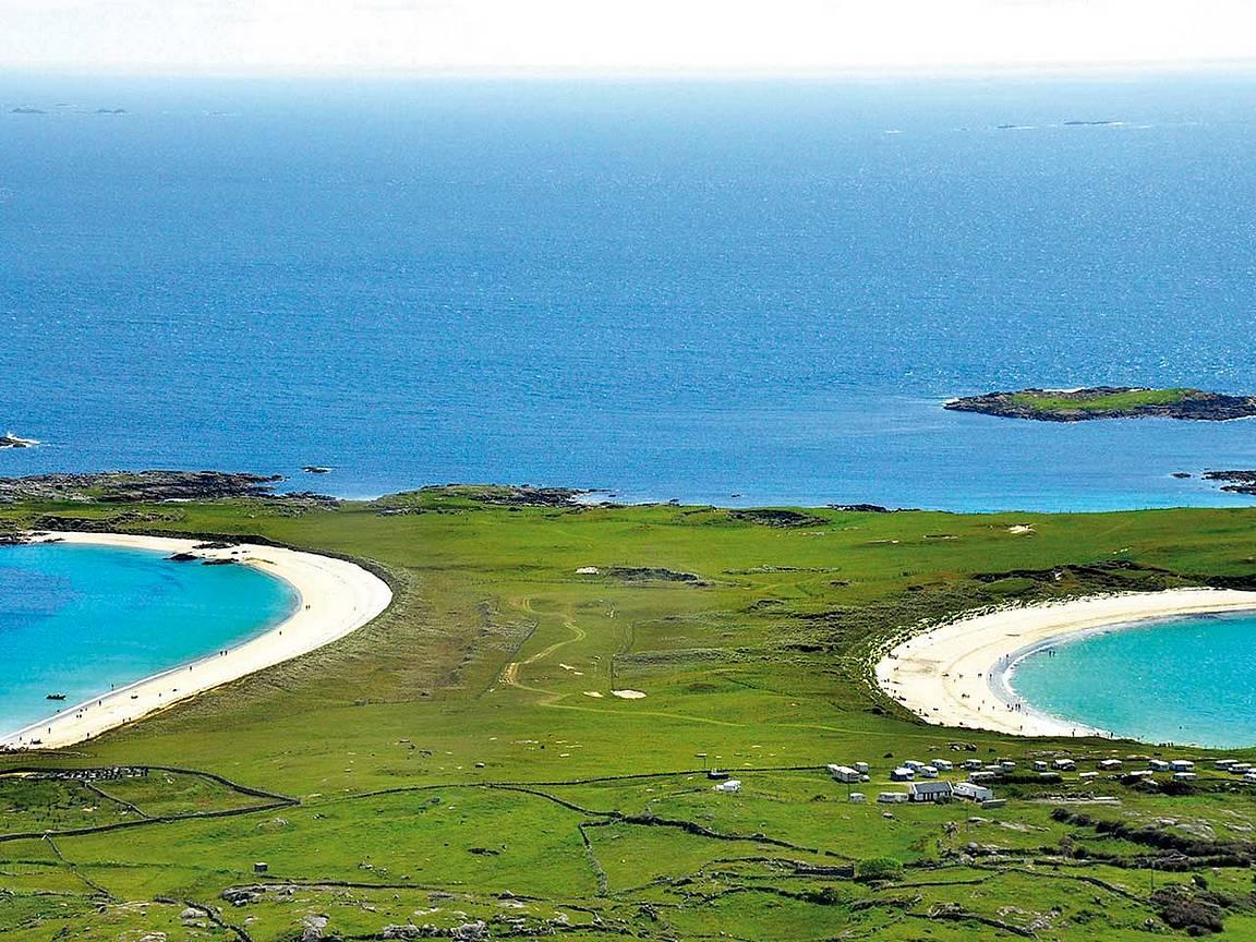 Miltä Irlanti kuulostaisi kesällä rantalomakohteena? Vasemmalla Dog's Bay ja oikealla Curteen Bay copyright Clifden Station House Hotel