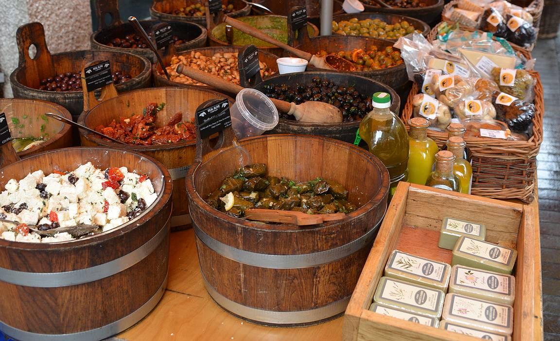 Galway Food Market tarjoilee varsin herkullista ostettavaa St Nicholas' Churchin edessä olevalla aukiolla.