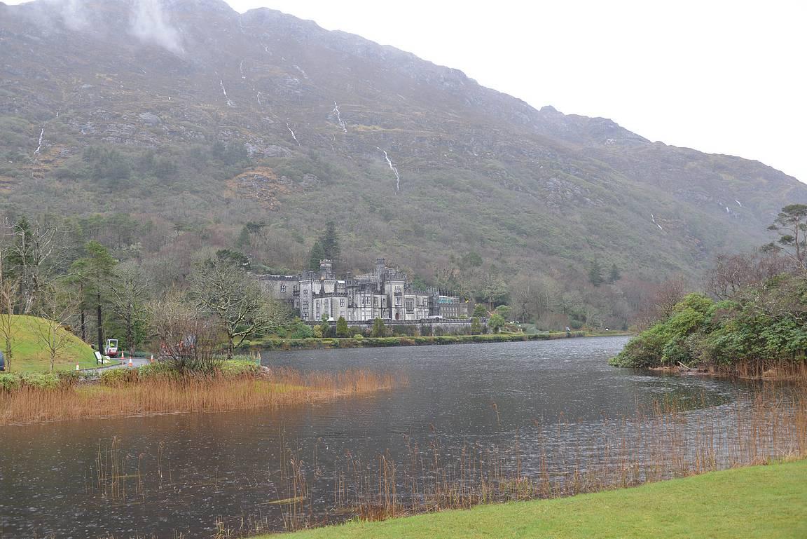 Kylemore Abbey sijaitsee upealla paikalla.