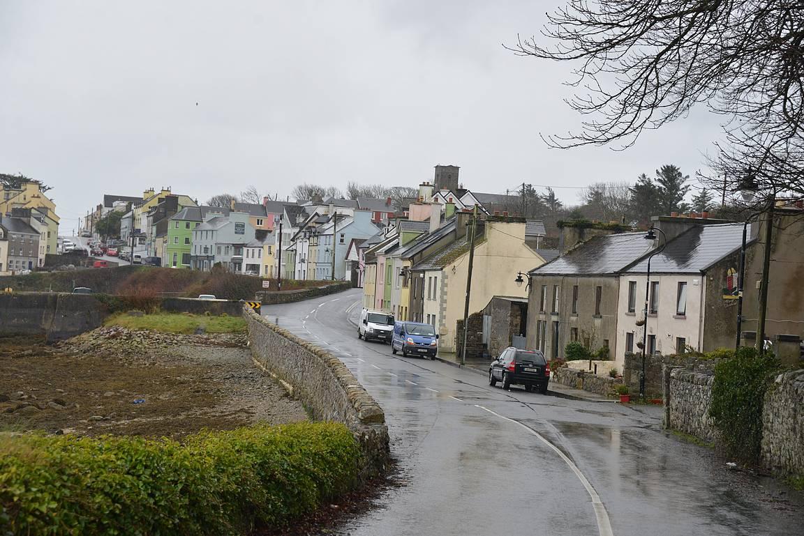 Roundstonen värikäs kylä piristi kaatosateessa.
