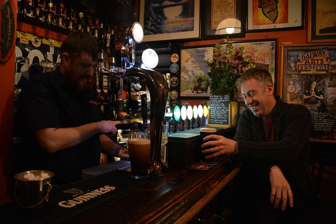 Baarimikko Andy ja Tigh Neachtainin kanta-asiakas Liam keskitilan baaritiskillä.