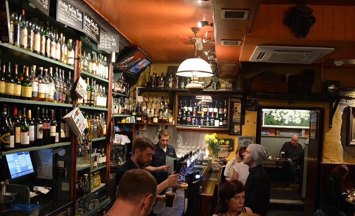 Oikean siiven baaritiski on ison ja taustalla näkyy yksi pubin lukuisista looseista.