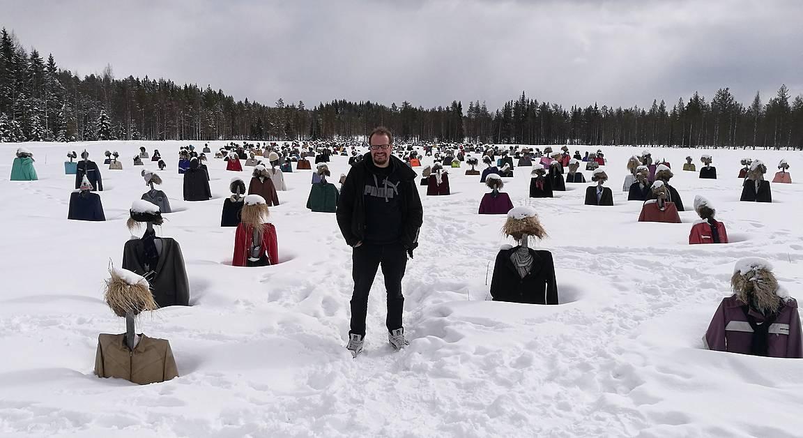 Talvella hahmot seisovat hiljaa hangessa paikallaan.