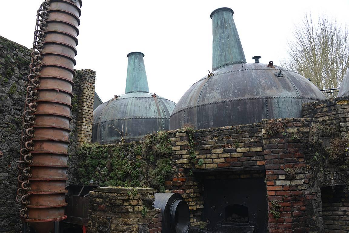 Kierroksella näki hyvin, miten viskitislaamon laitteet on vuosien saatossa kehittyneet.