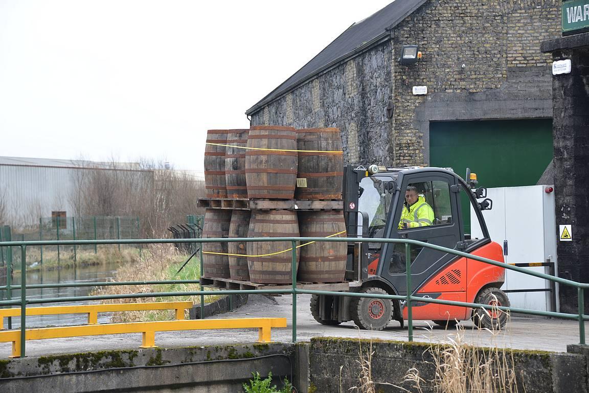 Juuri tyhjennetyt tynnyrit lähtivät piha-alueelle tarkistusta ja uutta käyttöä varten.