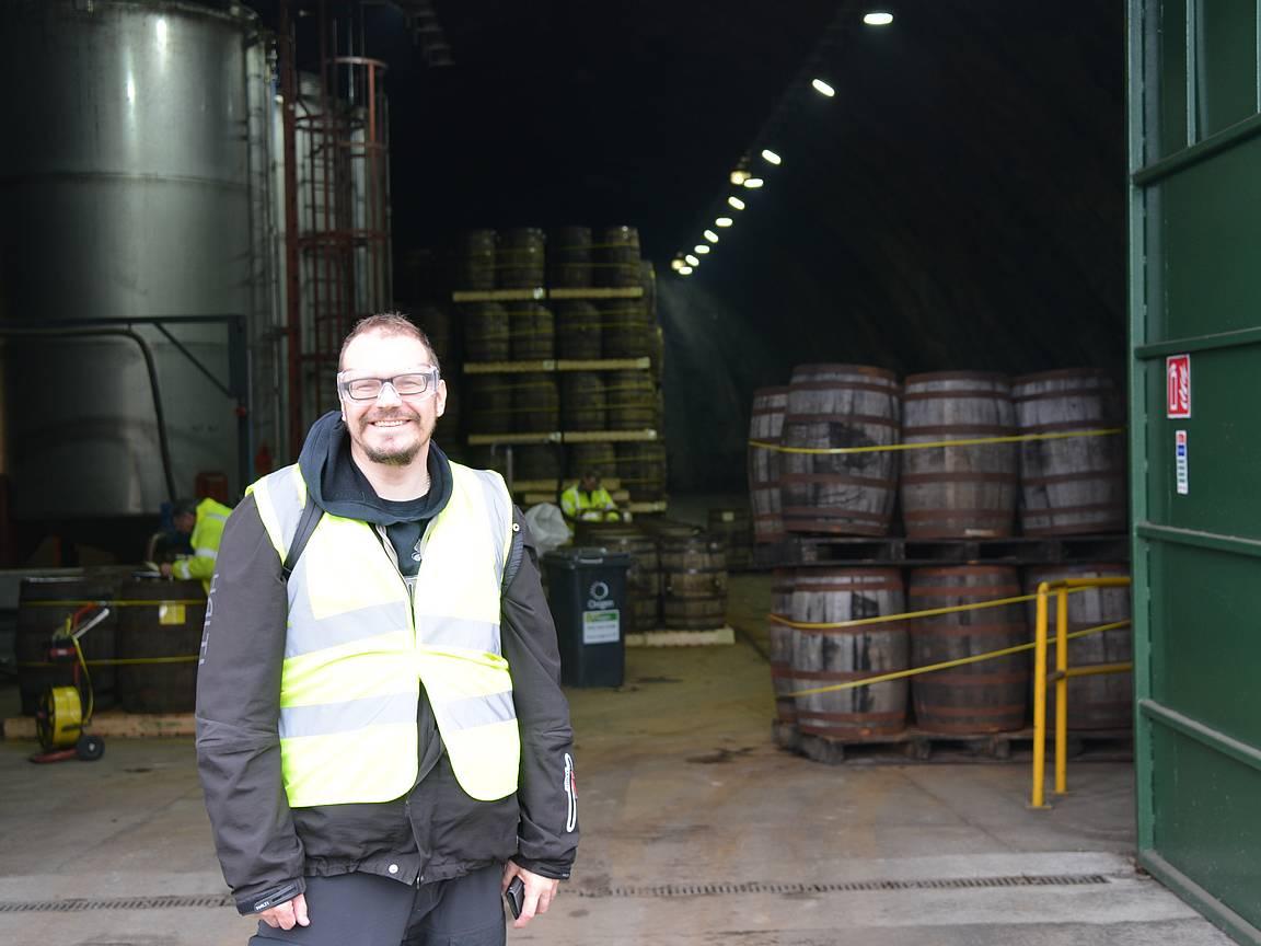 Viskin varastointihalli nro 2, missä oli käynnissä viskitynnyrien tyhjennys seuraavaa valmistusvaihetta varten.