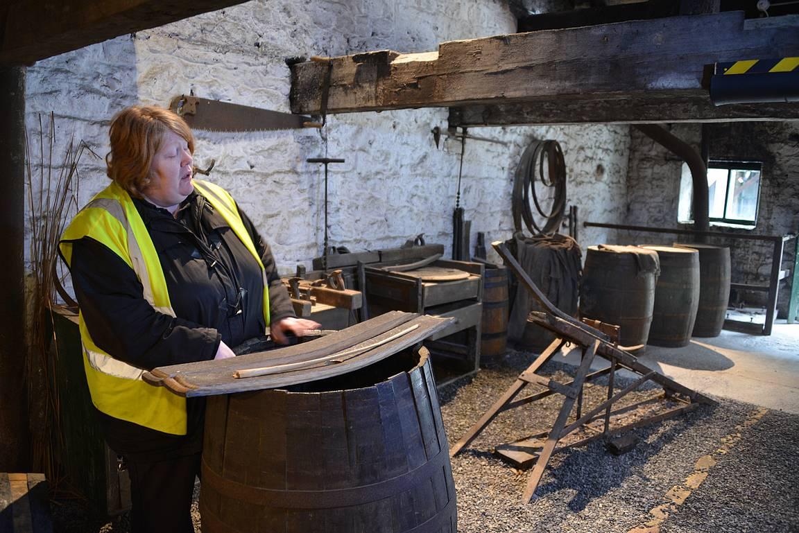 Oppaamme oli erittäin hyvä ja selvitti myös viskien säilytyksessä käytettävien tynnyrien historiaa, valmistusta ja käyttöikää.