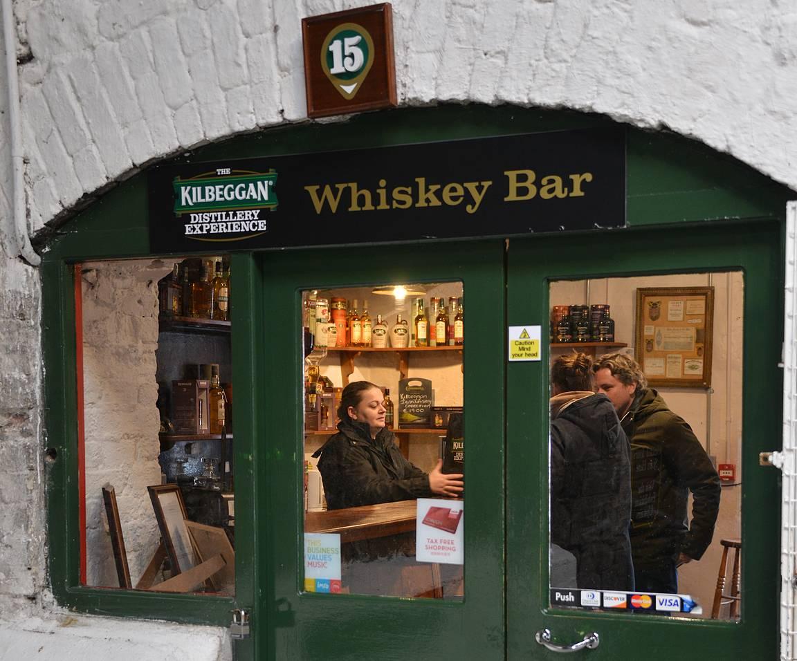 Kierros Kilbegganin tislaamolla päätyi viskinmaistajaisiin tislaamon viskibaarissa.