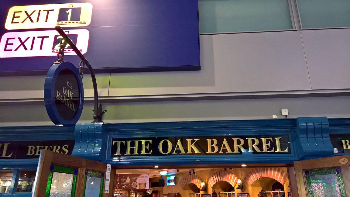 The Oak Barrel on mukava paikka ennen lentoa...