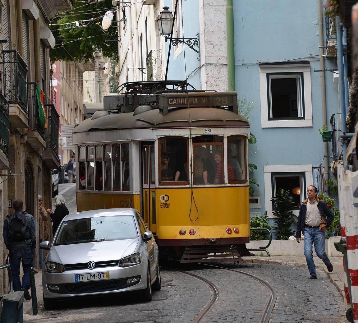 Lissabonin kapeilla kaduilla raitiovaunut ovat upea näky.