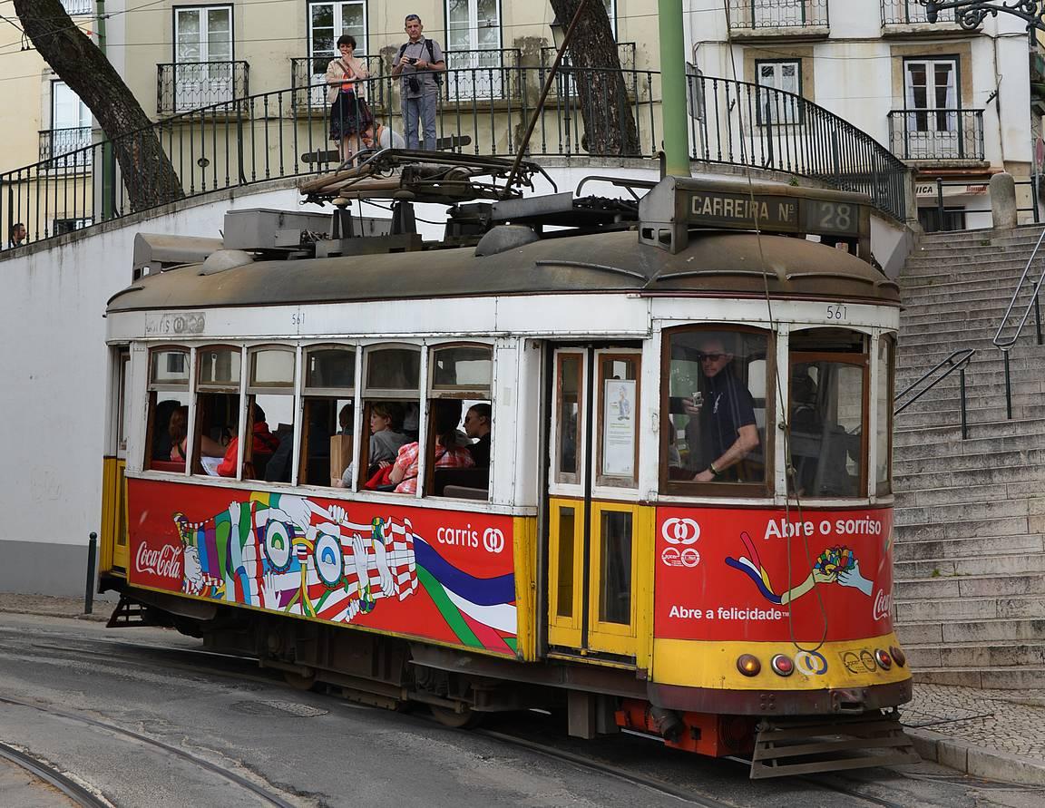 Osa raitiovaunuista on maalattu mainostajien väreihin.