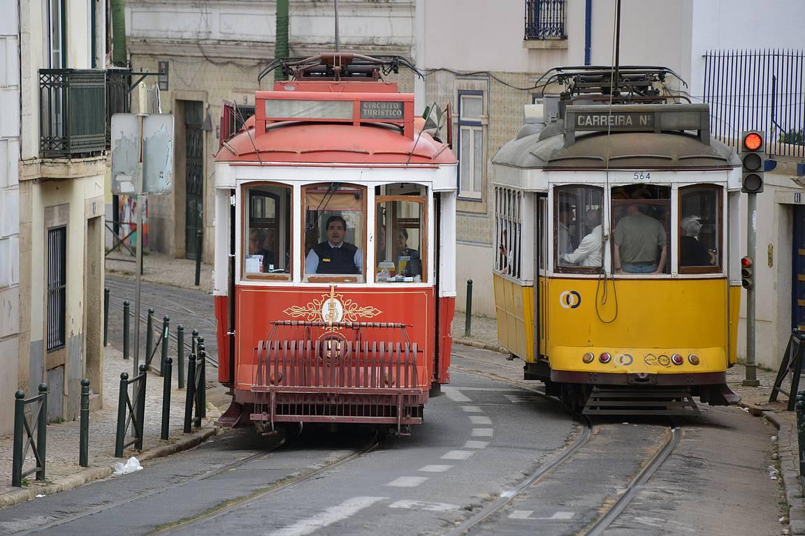 Punaiset historialliset vaunut on tehty turisteille, mutta paikallisten harmiksi kaikki haluavat linjalle 28.