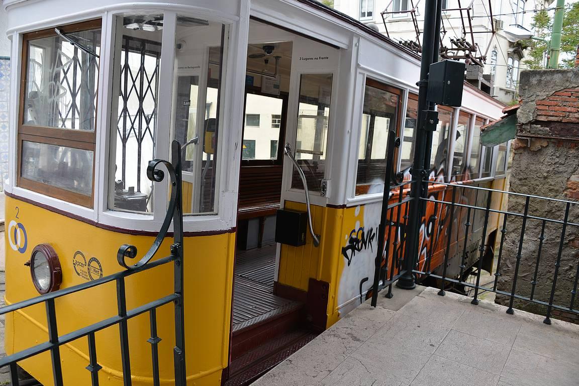 Lavra Funicularin yläasemalla mennään laiturilta kyytiin.